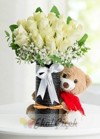 Siyah Cam Vazoda Beyaz Güller ve Ayıcık