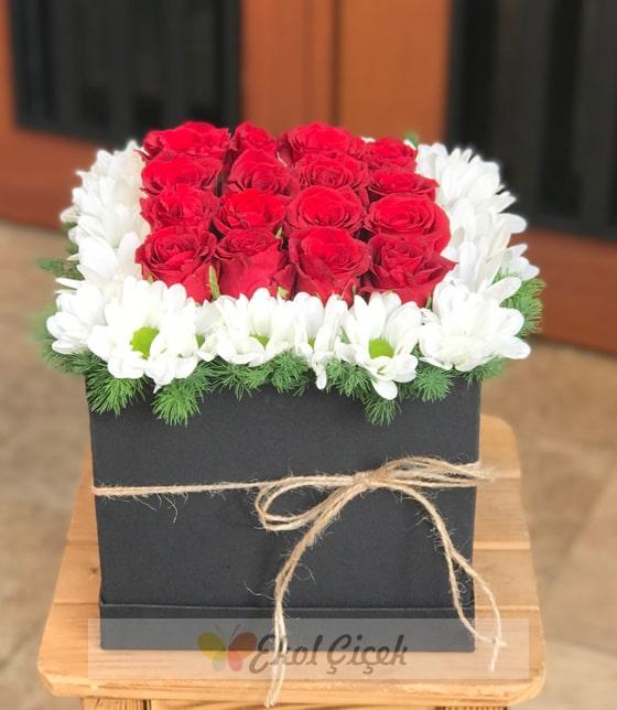 Kutuda güller ve papatyalar