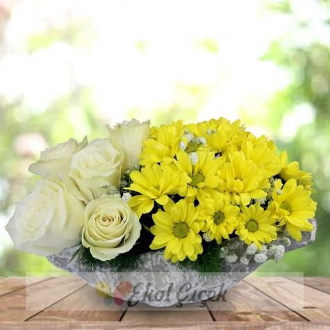 Sarı papatyalar beyaz güller